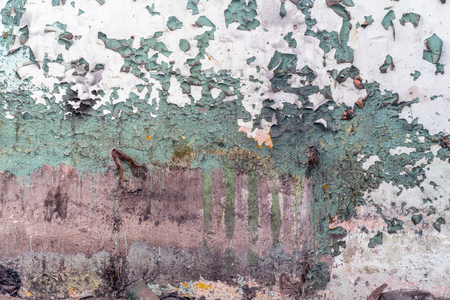 An old dilapidated dirty wall with peeling paint Banque d'images