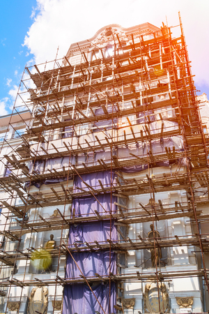 SAMARA, RUSSIA - JUNE 19, 2018: Scaffolding on the facade of a beautiful building Banque d'images - 105368589