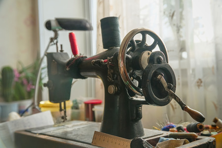 Old mechanical sewing machine on the table 스톡 콘텐츠