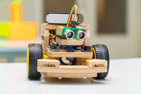 Conçoit le modèle fait main de la machine ou de la voiture. La modélisation