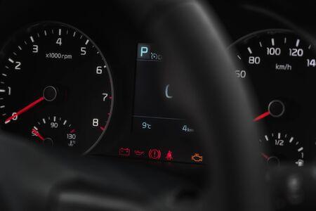 夜にダッシュボード上の車のスピードメーター。選択的フォーカス