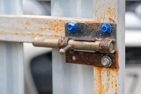 An old rusty latch on the iron gate in the garden Zdjęcie Seryjne