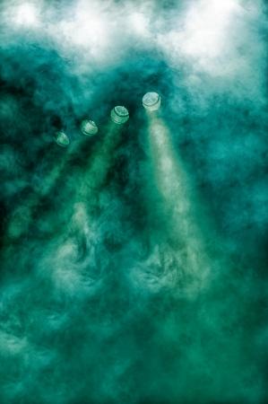 atmosphere: Fila di faretti verdi in un'atmosfera fumosa splendente verso una fase o di partito durante un concerto, discoteca o prestazioni con diffonde nuvole di fumo e vapore