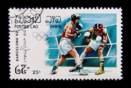 LAOS - CIRCA 1989: Eine Briefmarke gedruckt in Laos zeigt Boxer im Kampf, Serie Olympischen Spielen in Barcelona 1992, circa 1989 Standard-Bild - 14142898
