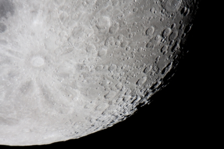 noche y luna: Tycho es un cr�ter de impacto lunar prominente ubicado en la sierra sur lunar