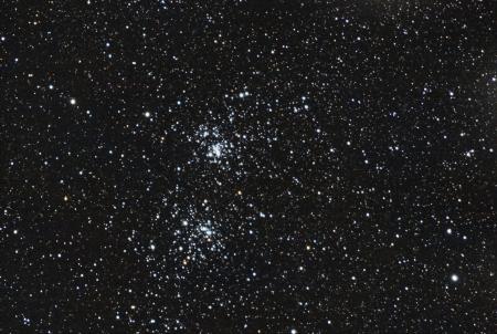 de beroemde sterren dubbele cluster in het sterrenbeeld Perseus Het beeld wordt genomen in de in het primaire brandpunt van professionele telescoop Dit is een zeer diepe en werkelijke beeld, zodat het lawaai op de achtergrond is geen lawaai, deze zijn zeer zeer zwakke sterren weer Het beeld Stockfoto