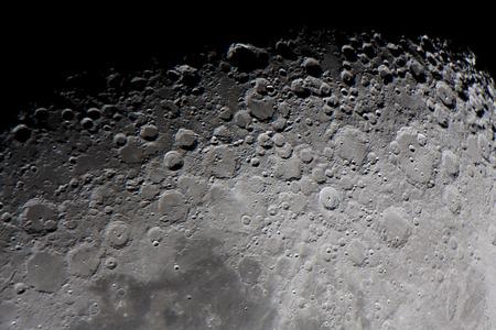 """황혼 지대에 초점을 맞춘 망원경으로 찍은 달 표면의 실제 사진은 """"달의 종결 자""""또는 """"회색 선"""" 스톡 콘텐츠"""