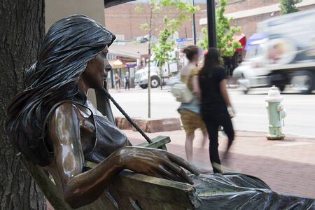 BOULDER - JUNE 3: Sculpture made by George Lundeen in Boulder, Colorado, on June 3, 2015 in Boulder, EEUU. It is called Hearts on a Swing Standard-Bild - 131612702