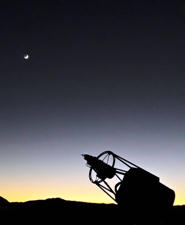 a telescope pointing to the moon Standard-Bild
