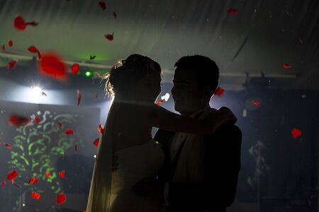 First dance of the bride and groom 版權商用圖片 - 128705912