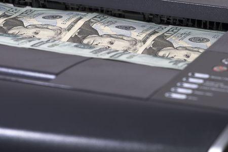 dinero falso: Con impresora de $ 20 en la bandeja de salida Foto de archivo