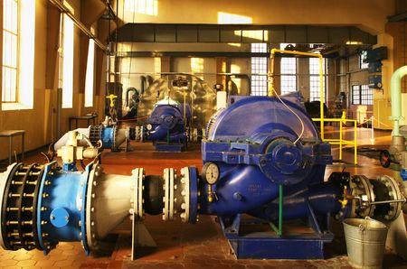 Water pompstation - industrieel interieur en pijpen. Stockfoto
