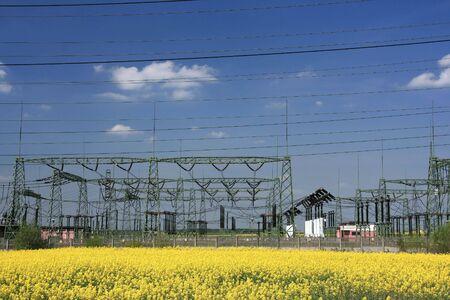Campo de colza y torre eléctrica - la agricultura y la industria  Foto de archivo - 2785450