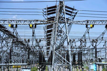 moltitudine: Pianta di potere - stazione di trasformazione. Moltitudine di cavi e fili.
