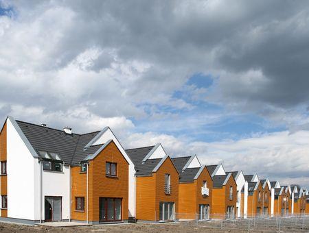 Moderne afzonderlijk-terrasvormige huizen in Polen (Europa).