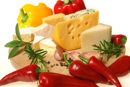 Kaas en kruiden op een houten bord. Food fotografie. Stockfoto
