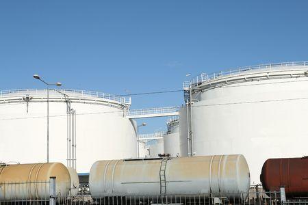 gigantesque: Gigantesques r�servoirs de carburant dans une installation industrielle de stockage de carburant en Pologne Banque d'images