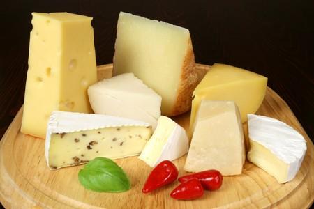 Variedad de quesos: camembert, gouda, brie, con nueces, parmesano, cabra, oveja y otros quesos duros Foto de archivo - 4192255