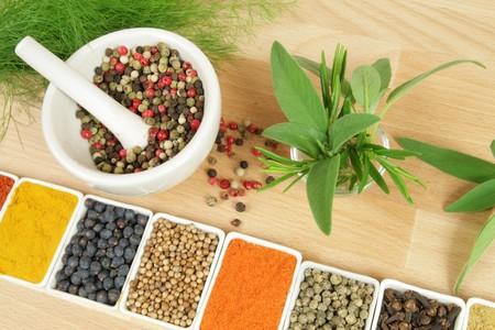 Hele scala aan kleurrijke kruiden. Assortiment keuken ingrediënten in keramische containers.