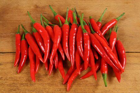 Red hot chili peppers op de snijplank.