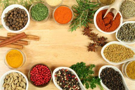spezie: Varie spezie selezione. Ingredienti alimentari e additivi aromatici. Elementi naturali essiccati cucina.