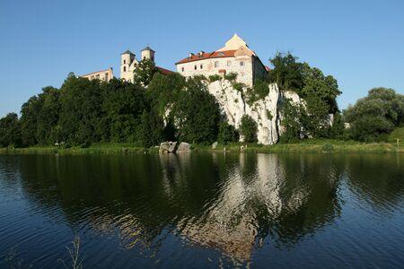 benedictine: Abad�a benedictina de Tyniec. Lugar de referencia de Cracovia, Polonia. Hill, junto al r�o Wisla. Foto de archivo