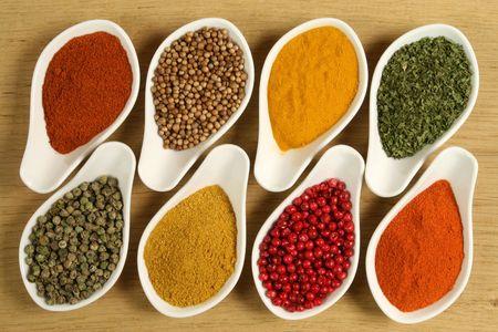Het hele scala aan kleurrijke kruiden. Assortiment van keuken ingrediënten in keramische containers. Stockfoto