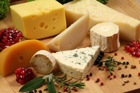 tabla de queso: Variedad de quesos: ementaler, gouda, queso de pasta blanda dan�s azul y otros quesos duros. Hierbas y especias.