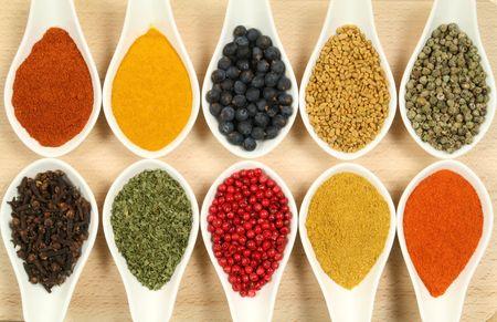 Kruiden en specerijen in de witte ceramische kommen. De ingrediënten van voedings middelen en gerechten. Kleurrijke natuur additieven.