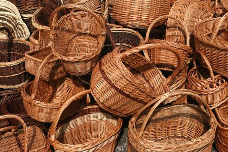 Elección de canastas de mimbre. Hermosas artesanías en un mercado en Polonia.  Foto de archivo - 5910704