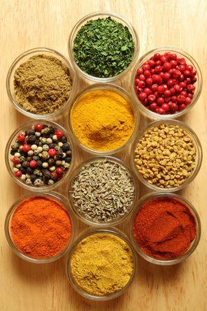 Kruiden en specerijen in kleine glazen kommen. Voedsel- en keuken toevoegings middelen. Kleurrijke natuurlijke ingrediënten. Stockfoto