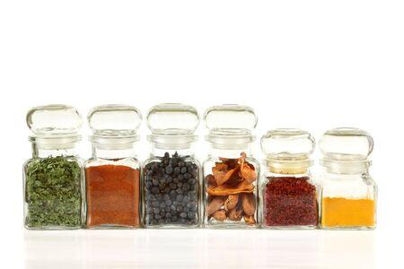enebro: Frascos de vidrio con hierbas coloridos y especias. C�rcuma, pimienta, ramsoms, enebro.