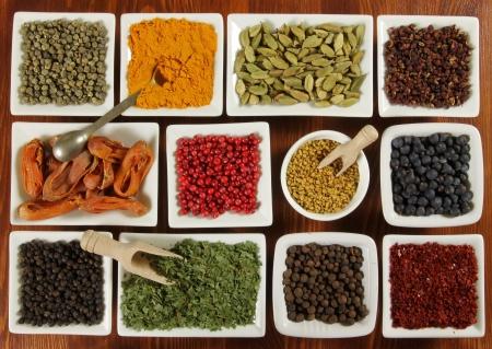 Kruiden en specerijen in witte keramische Jeu. Voedsel en keuken. Stockfoto