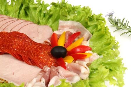 jamones: Placa de jamones de surtido de fiambre y salamis. Comida y cocina.  Foto de archivo