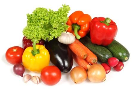 흰 배경에 고립 된 신선한 야채