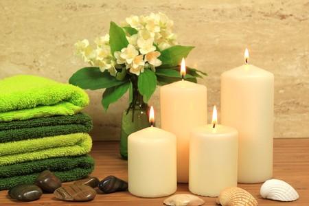 Spa resort samenstelling - kaarsen, hand doeken, zen stenen Stockfoto