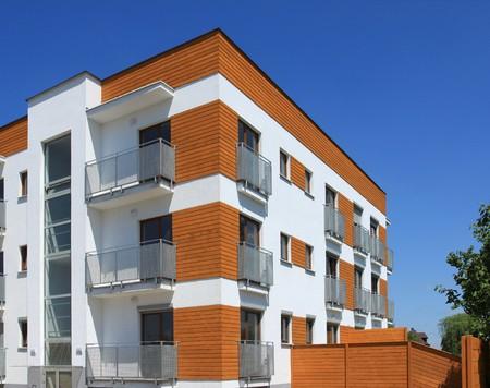 edificio: Edificio de apartamento contempor�neo promedio en Polonia. Arquitectura residencial gen�rica.  Foto de archivo