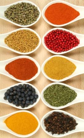 Kleurrijke kruiden in keramische containers - mooie keuken afbeelding.