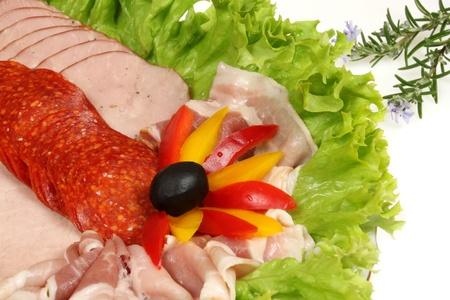 jamones: Bandeja de jamones de surtido de fiambre y salamis. Comida y cocina.