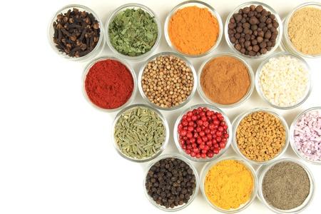 Kruiden en specerijen in kleine glazen kommen. Additieven voor levensmiddelen- en keuken.