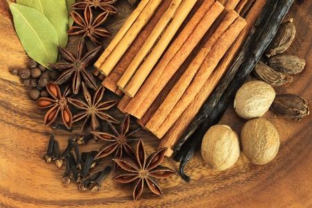 Épices de Noël. Ingrédients de cuisine : bâtonnets de cannelle, girofle et anis étoilé.