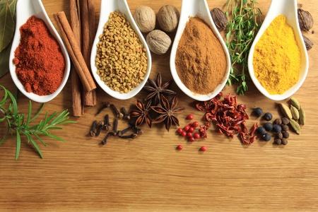 Diverse kruiden selectie. Ingrediënten en aromatische additieven. Natuurlijke gedroogde keuken elementen. Stockfoto