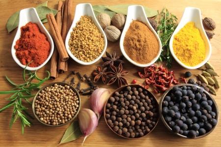 curry: Selecci�n de diversas especias. Ingredientes de alimentos y aditivos arom�ticos. Elementos de cocina secas naturales. Foto de archivo