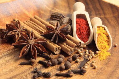 epices: Ingr�dients de cuisine : b�tonnets de cannelle, piment, clou de girofle et anis �toil�. Banque d'images