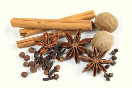 culinaire: Herbes et �pices - anis, cannelle et autres ingr�dients Banque d'images
