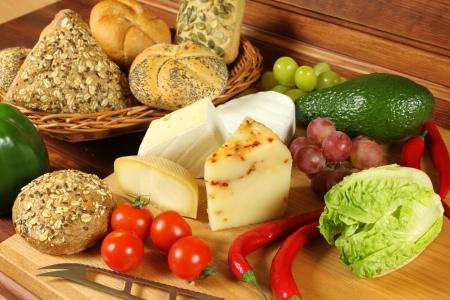 Voedsel assortiment in mand en op de tafel. Stockfoto