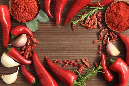 spezie: Telaio di peperoni rossi e spezie.