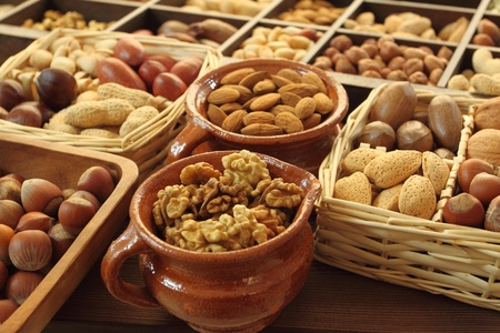mixed nuts: Varieties of nuts: peanuts, hazelnuts, chestnuts, walnuts,  pistachio and pecans.