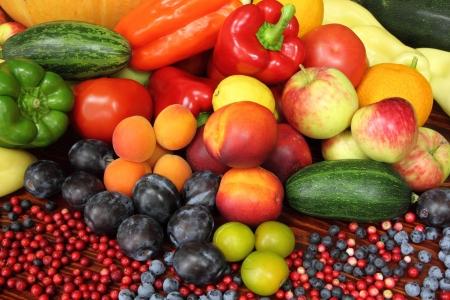 Rijpe groenten en fruit. Biologische producten. Tomaten, pruimen, peper, bosbessen, courgette, appels en ander voedsel.