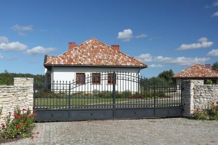 Mooie witte huis met een terracotta dakpannen.